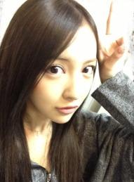 板野友美、黒髪.png
